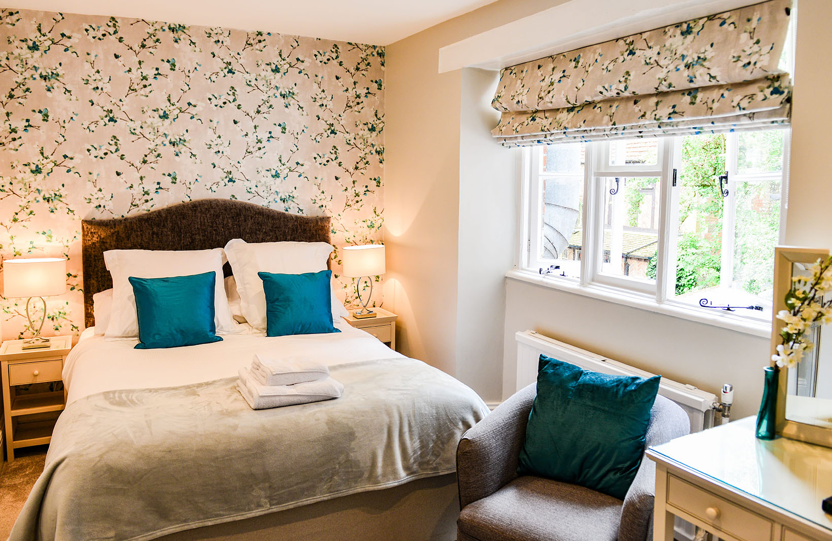 Double bedroom with floral wallpaper - Springwells Guest House Steyning